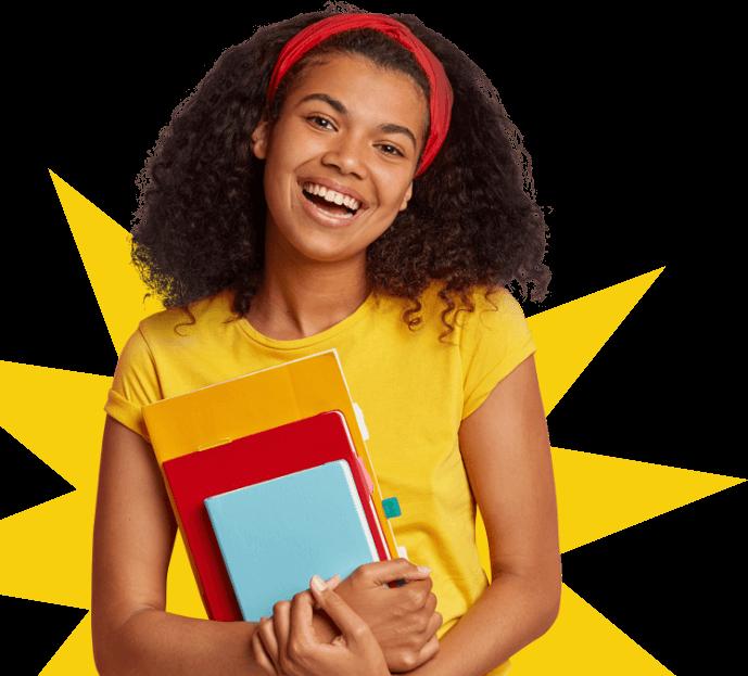 Pessoa segurando cadernos e sorrindo