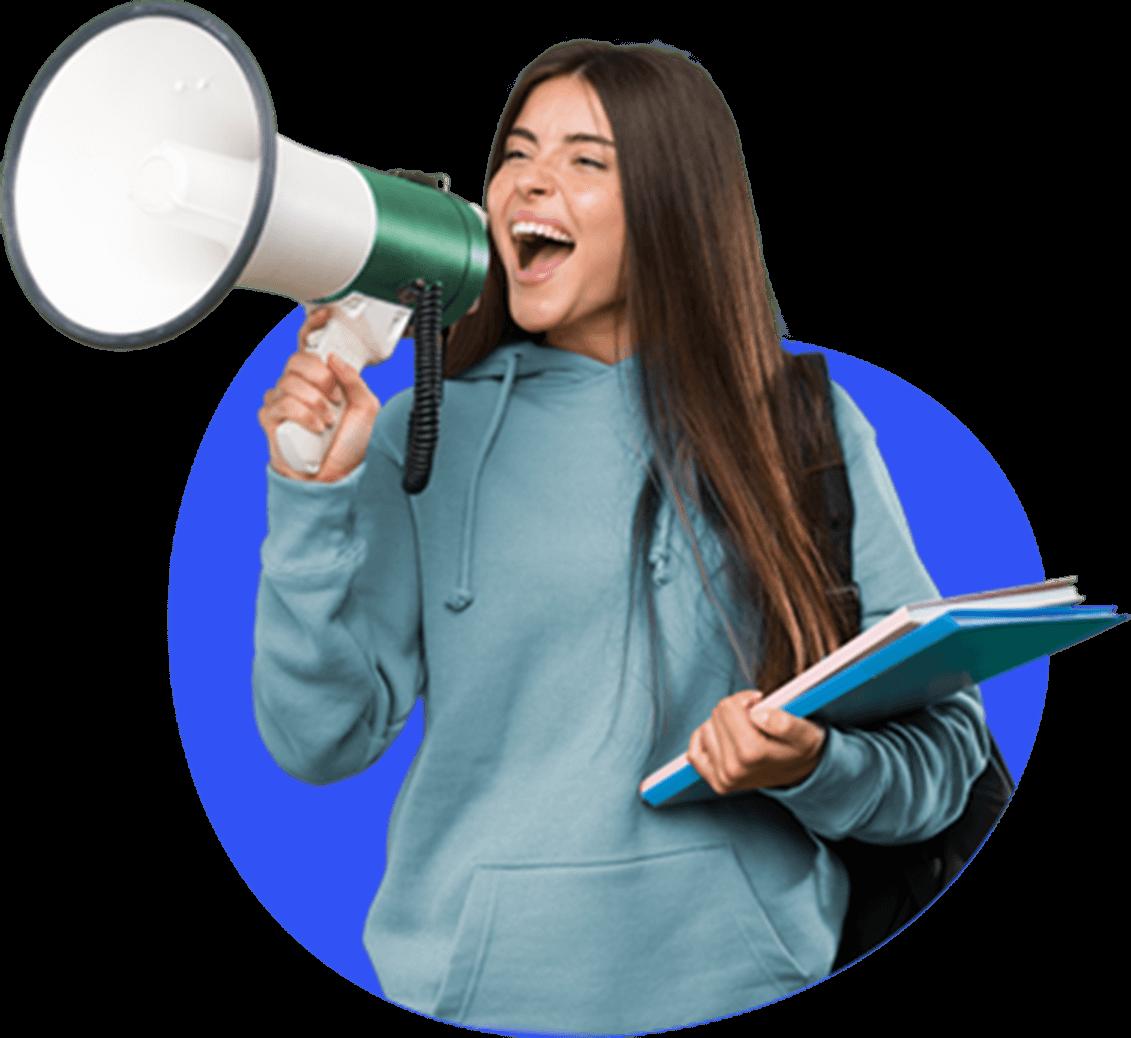 Pessoa segurando cadernos e gritando em um megafone