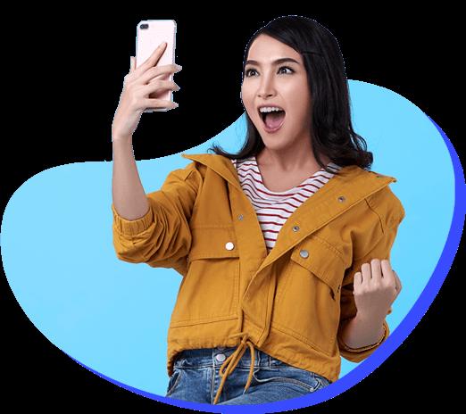 mulher com celular na mão